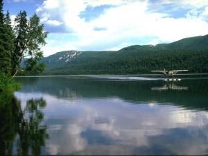 Hidroavión en un lago en Alaska