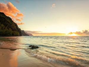 Una playa en la isla de Kauai (Hawai) al atardecer