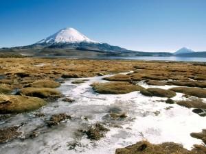 Postal: Río corriendo junto a un volcán, en Chile