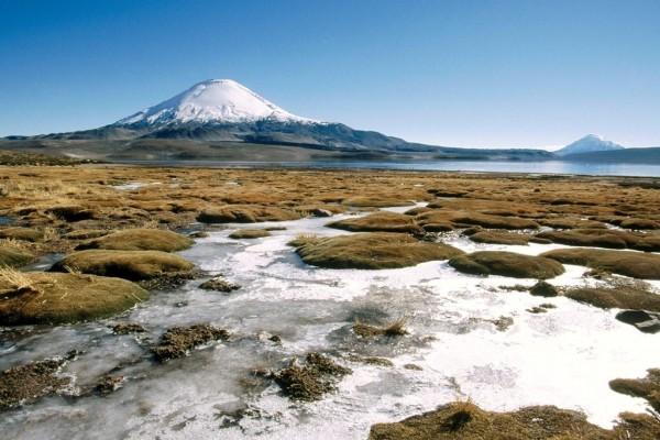 Río corriendo junto a un volcán, en Chile