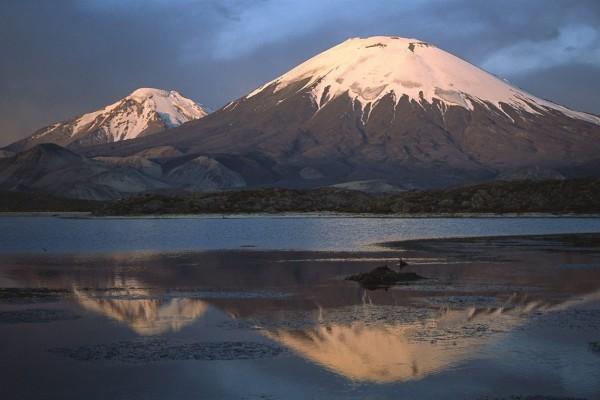 Volcán Parinacota y Lago Chungará, en la frontera de Chile y Bolivia