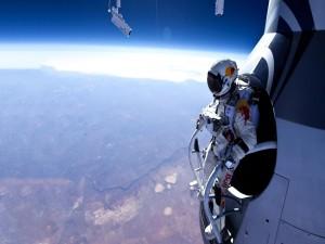 Felix Baumgartner a punto de saltar de la cápsula de la misión Red Bull Stratos