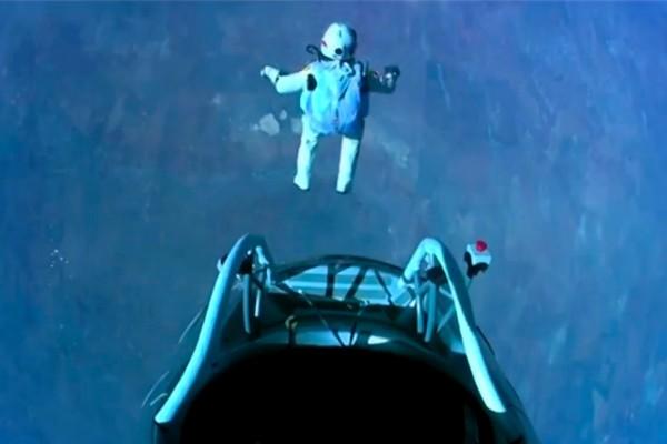 Salto desde la cápsula de la misión Red Bull Stratos, a unos 39.000 metros de altura