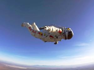 Postal: Felix Baumgartner en caída libre (misión Red Bull Stratos)
