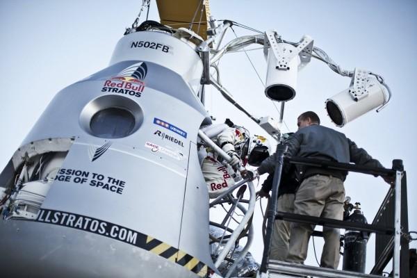Felix Baumgartner entrando en la cápsula de la misión Red Bull Stratos
