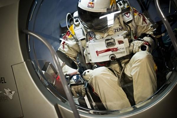 Felix Baumgartner dentro de la cápsula de la misión Red Bull Stratos
