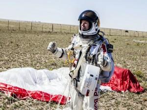 Felix Baumgartner ya en tierra tras finalizar la misión Red Bull Stratos