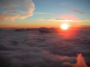 El sol por encima de las nubes