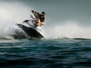 Postal: Conduciendo una moto de agua