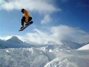 Un gran salto de snowboard