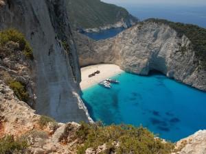 Cala de aguas azules en la isla de Zante (o Zacinto), Grecia