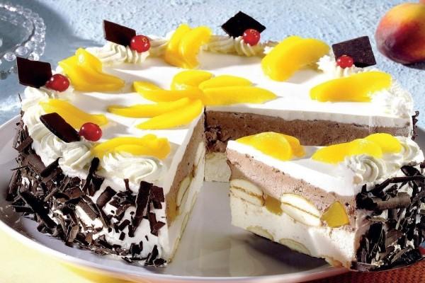 Tarta con nata, durazno, cerezas y chocolate