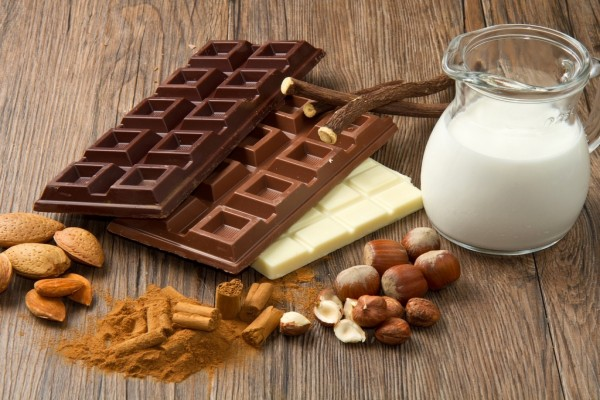 Chocolates, leche, almendras, canela y avellanas