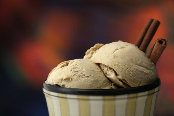 Dos bolas de helado de canela