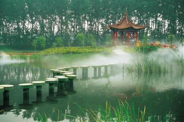 Original pasarela para cruzar un pequeño lago de un jardín oriental
