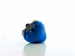 Una fresa azul