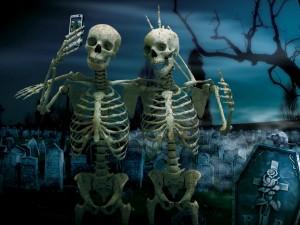 Esqueletos haciéndose una foto con el móvil
