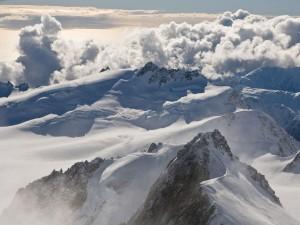 Sobrevolando las cumbres de las montañas