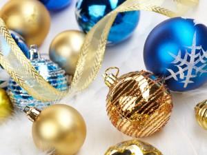 Postal: Bolas doradas y azules para adornar la Navidad
