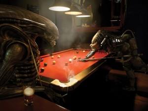 Alien y Predator jugando una partida de billar