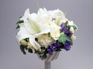 Decoración floral blanca y morada