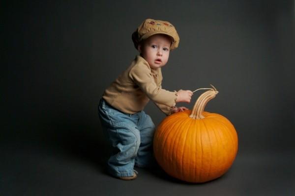 Niño con una calabaza
