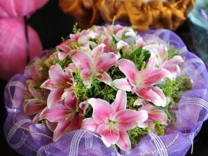 Postal: Ramo de lilium rosado y blanco