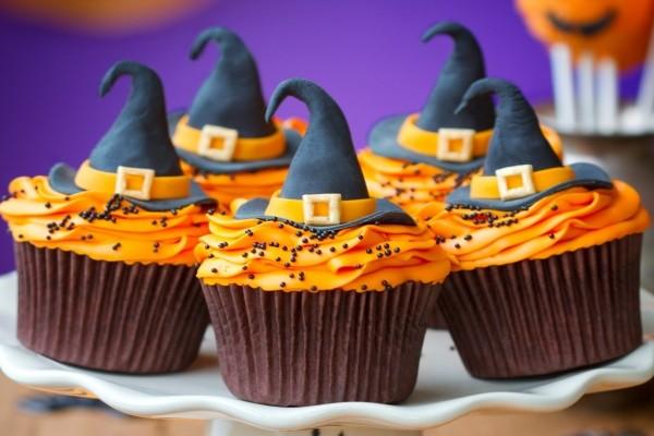 Pasteles de Halloween, con un sombrero de bruja