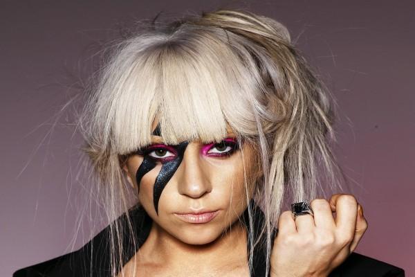 Lady Gaga con el rostro pintado