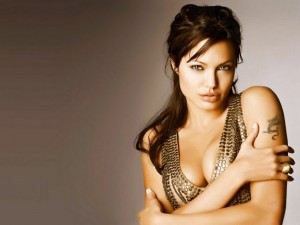 Angelina Jolie con un tatuaje de dragón