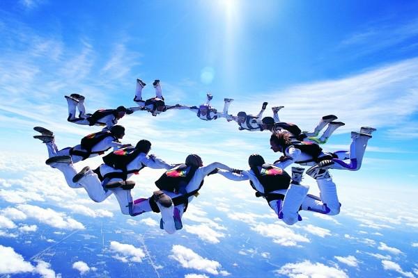 Círculo de paracaidistas en el aire