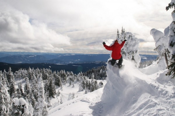 Espectacular salto de snowboard