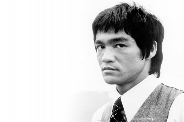 Semblante serio de Bruce Lee