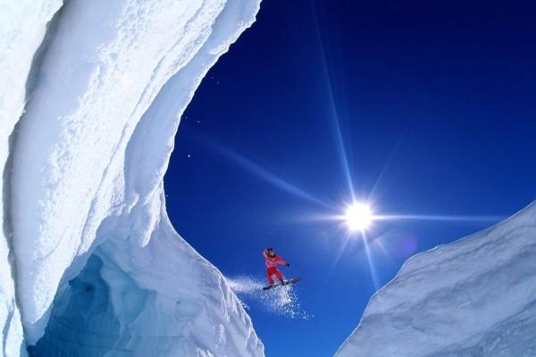 Saltando un abismo (Ruth Gorge, Alaska)