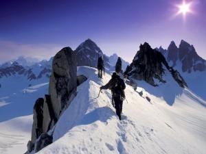 Alpinistas en lo alto de la montaña
