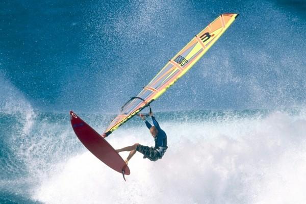 Surfista en Ho'okipa Beach Park (Maui, Hawái)