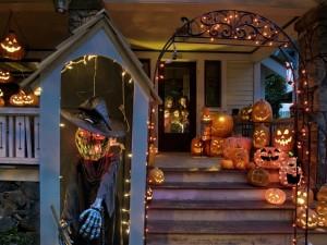 Postal: Casa adornada para Halloween