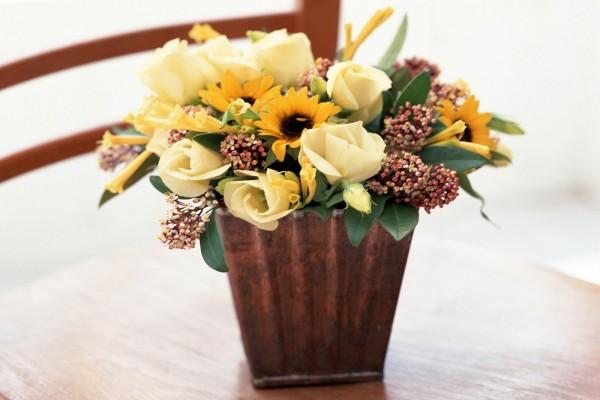 Jarrón con flores variadas