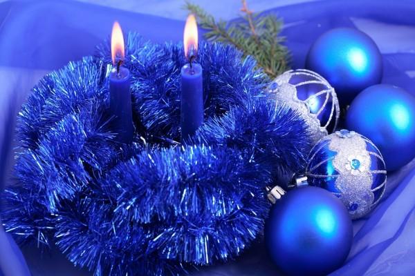 Velas y adornos navideños azules
