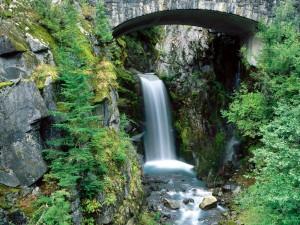 Cascada bajo un puente de piedra