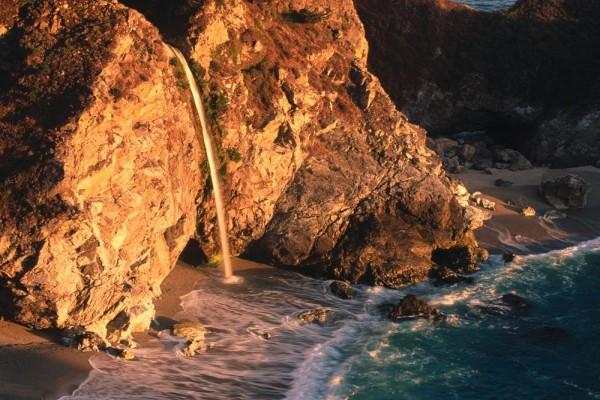 Cascada hacia el mar entre dos rocas, Julia Pfeiffer Burns State Park (California)