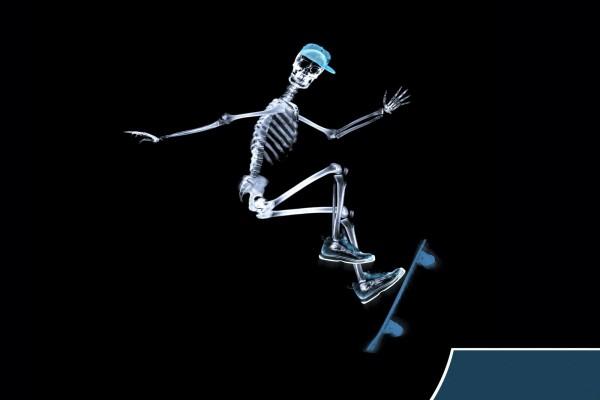 Esqueleto haciendo skate