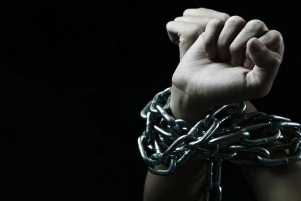 Manos atadas con cadenas