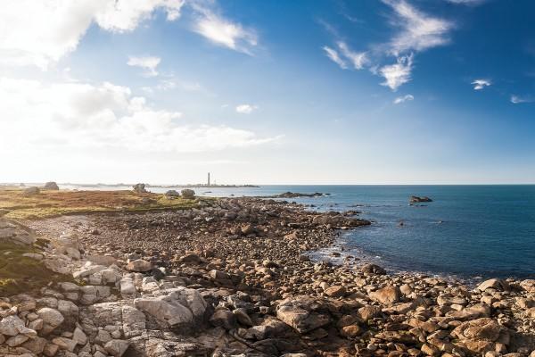 Playa de rocas en Bretaña, Francia