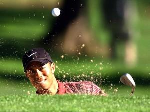 Tiger Woods golpeando la bola