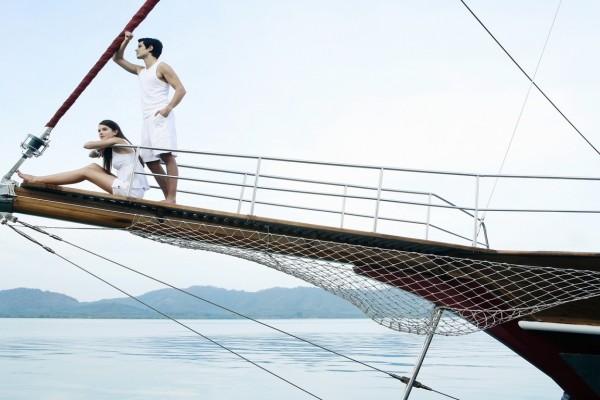 Pareja en la proa de un barco