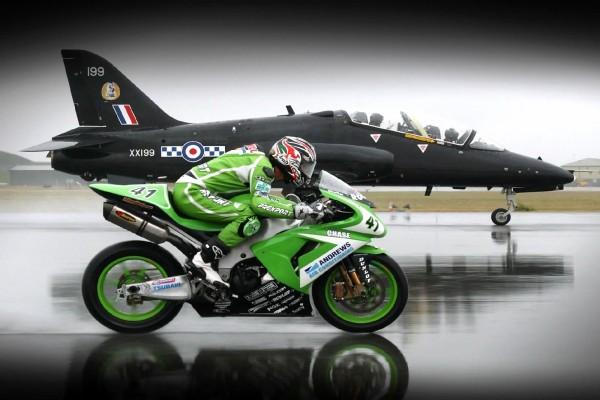 Carrera de moto contra avión