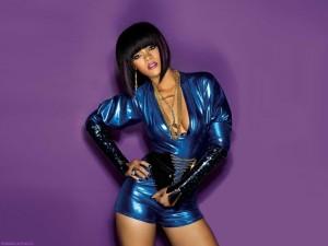 Rihanna en fondo morado