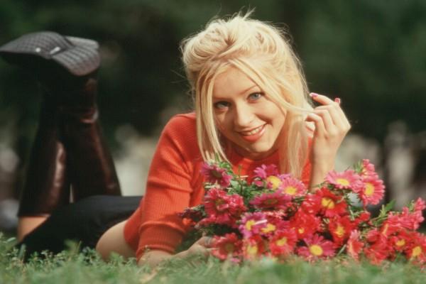 Christina Aguilera en un parque con flores