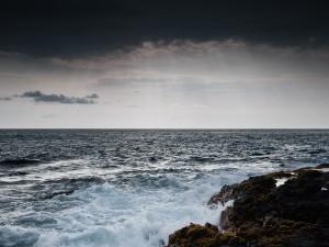 Nubes negras en la costa hawaiana